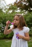 Dziewczyny lub dziecka dmuchania bąble Zdjęcie Stock