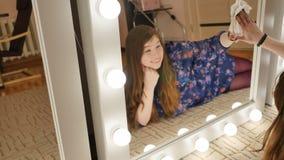 Dziewczyny lying on the beach myje makijaży lustra Cztery ogromnego lustra zdjęcie wideo