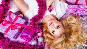 Dziewczyny lying on the beach na leżance Wokoło prezentów i świątecznego świecidełka Obraz Royalty Free