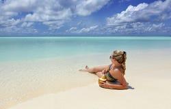 Dziewczyny lying on the beach na plaży Obraz Royalty Free