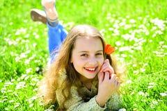 Dziewczyny lying on the beach na trawie, grassplot na tle Sezonowy alergii pojęcie Dziewczyna na szczęśliwych twarz chwytów czerw obrazy stock