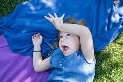 Dziewczyny lying on the beach w parkowi dokuczać i śmiać się Obrazy Royalty Free