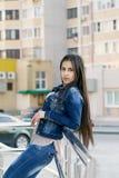 Dziewczyny młoda kobieta opiera na poręczu w ulicie Obraz Royalty Free