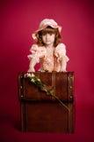 dziewczyny mały otwarcia skarbu bagażnik drewniany Fotografia Stock