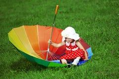 dziewczyny mały parkowy tęczy parasol Fotografia Stock
