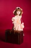 dziewczyny mały zrywania bagażnik w górę drewnianego Zdjęcia Royalty Free