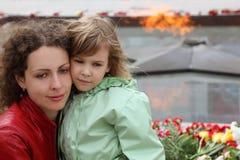 dziewczyny mała pomnika matka blisko stojaków Fotografia Royalty Free