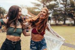 Dziewczyny ma wielkiego czas przy festiwalem muzyki Fotografia Royalty Free