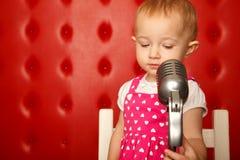dziewczyny mały mikrofonu portreta stojak Zdjęcie Royalty Free