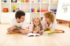 dziewczyny mały praktyka czytanie Zdjęcie Stock
