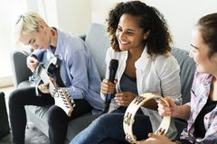 Dziewczyny ma zabawę z bawić się muzykę wpólnie obrazy royalty free