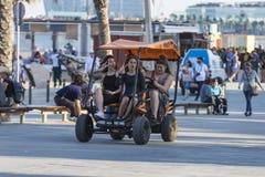 Dziewczyny ma zabawę na bicyklu, Barcelona Obrazy Royalty Free