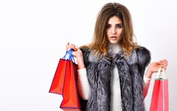 Dziewczyny makeup twarzy fryzury długiej odzieży kamizelki bielu futerkowy tło Kobieta zakupy luksusu butik Dama chwyta torby na  obrazy stock