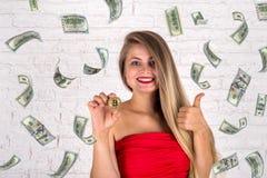 Dziewczyny mienia bitcoin i dolara deszcz Zdjęcia Stock