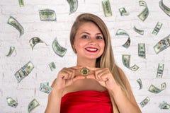 Dziewczyny mienia bitcoin i dolara deszcz Fotografia Stock