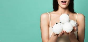 Dziewczyny mienia bożych narodzeń biała piłka dekorować choinki zdjęcia royalty free