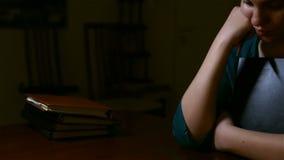 Dziewczyny mienia główkowanie i biblia zdjęcie wideo