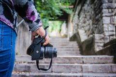 Dziewczyny mienia kamera na starych miasto kamienia krokach zdjęcia stock
