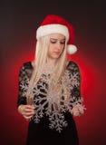 Dziewczyny mienia klingerytu płatek śniegu Fotografia Stock