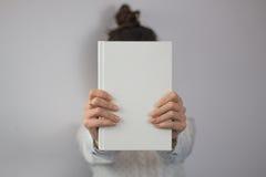 Dziewczyny mienia książka Obrazy Stock