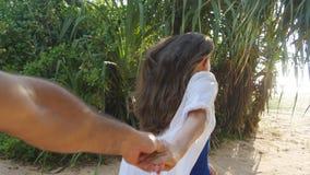 Dziewczyny mienia męska ręka i bieg na tropikalnym egzocie wyrzucać na brzeg ocean Podąża ja strzał młoda kobieta ciągnie ona Fotografia Stock