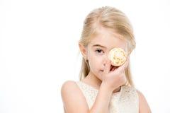 Dziewczyny mienia macaron zdjęcie royalty free