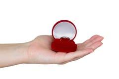 Dziewczyny mienia obrączka ślubna w pudełku Zdjęcia Stock