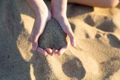 Dziewczyny mienia piasek w ręce Zdjęcia Royalty Free