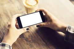 Dziewczyny mienia pusty telefon komórkowy i filiżanka kawy fotografia stock