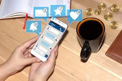 Dziewczyny mienia smartphone z gadka interfejsem i ikony od ogólnospołecznych środków Ogólnospołeczny medialny pojęcie gadka fotografia royalty free