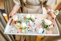 Dziewczyny mienia stół z kwiat bransoletkami obraz stock