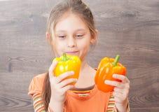 dziewczyny mienia warzywa Obraz Stock