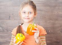 dziewczyny mienia warzywa Zdjęcia Stock