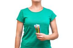 Dziewczyny mienie barwił filc pióra w jej ręce pojedynczy białe tło Fotografia Stock