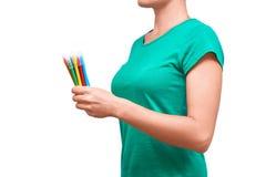 Dziewczyny mienie barwił filc pióra w jej ręce pojedynczy białe tło Zdjęcia Stock