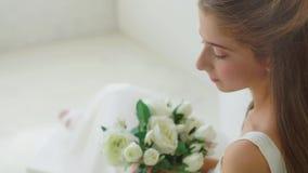 Dziewczyny mienie kwitnie w ręce, patrzeje kamerę zdjęcie wideo