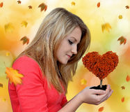 Dziewczyny mienie w ręki jesiennym drzewie Zdjęcia Stock