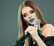 dziewczyny mikrofonu śpiew Zdjęcie Stock