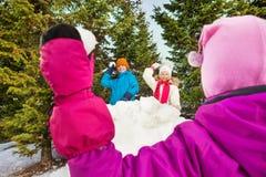 Dziewczyny miotania snowball od plecy rzut Obraz Royalty Free
