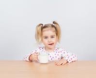 dziewczyny mleko szklany szczęśliwy mały Obraz Royalty Free