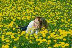 dziewczyny mniszek trawnika Zdjęcie Stock
