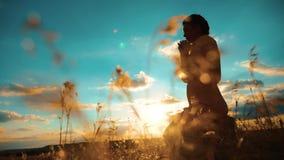 dziewczyny modlenie Dziewczyna składał jej ręki w modlitewnej styl życia sylwetce przy zmierzchem zwolnionego tempa wideo Dziewcz zbiory wideo