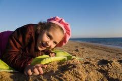 dziewczyny morze mały pobliski Zdjęcia Royalty Free