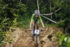 Dziewczyny mountainbike puszek kamienie Fotografia Stock