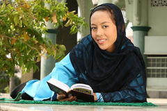 dziewczyny muzułmański qur czytanie Fotografia Stock