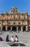 Dziewczyny na ławce na placu Mayor w Salamanca Fotografia Royalty Free