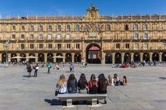 Dziewczyny na ławce na placu Mayor w Salamanca Obrazy Royalty Free
