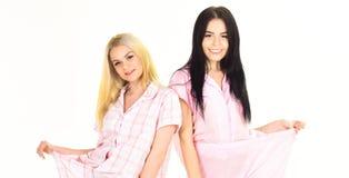 Dziewczyny na diecie gubili udział ciężar, odizolowywającego na białym tle Kobiety, atrakcyjne młode siostry, przyjaciele w piżam zdjęcie royalty free