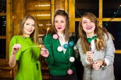 Dziewczyny na domu partyjnych jest ubranym zielonych strojach obraz stock