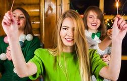 Dziewczyny na domu partyjnych jest ubranym zielonych strojach obrazy stock